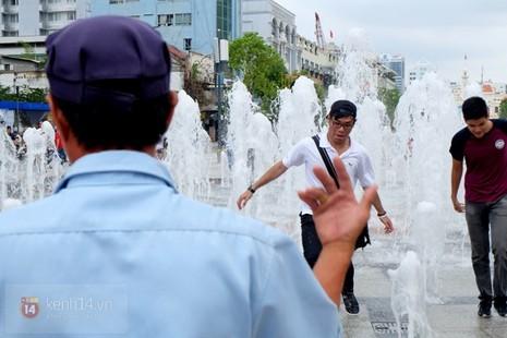 Vô tư đùa giỡn ở đài phun nước phố đi bộ Sài Gòn bất chấp bảo vệ nhắc nhở - ảnh 6