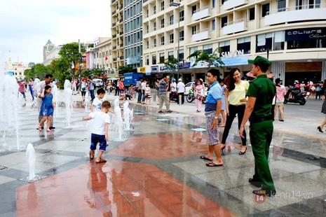 Vô tư đùa giỡn ở đài phun nước phố đi bộ Sài Gòn bất chấp bảo vệ nhắc nhở - ảnh 3