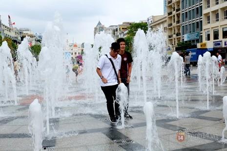 Vô tư đùa giỡn ở đài phun nước phố đi bộ Sài Gòn bất chấp bảo vệ nhắc nhở - ảnh 5