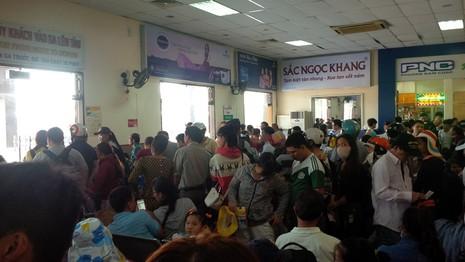 Ga Đà Nẵng quá tải, hàng ngàn khách đứng chen nhau chờ mua vé - ảnh 3