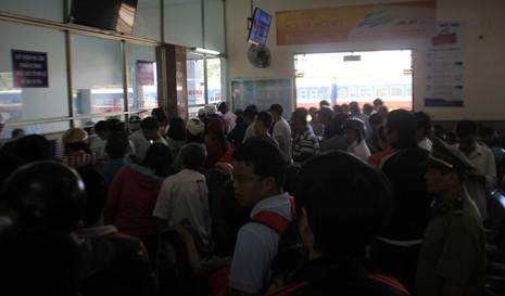 Ga Đà Nẵng quá tải, hàng ngàn khách đứng chen nhau chờ mua vé - ảnh 6