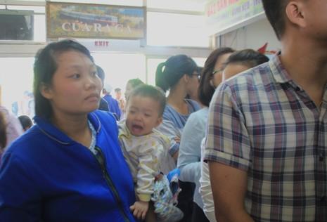 Ga Đà Nẵng quá tải, hàng ngàn khách đứng chen nhau chờ mua vé - ảnh 7