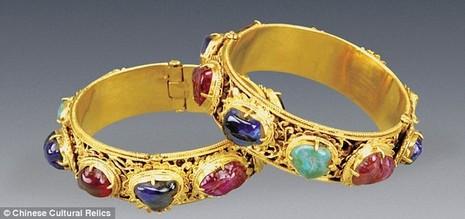 Phát hiện ngôi mộ cổ chứa vàng ròng, đá quý - ảnh 4