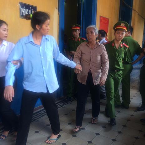 Hai mẹ con vận chuyển... 81.000 USD sang Campuchia - ảnh 1