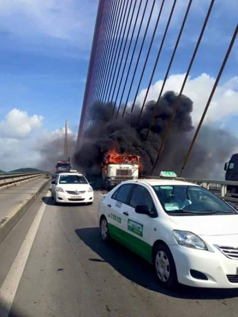Xe container đột nhiên bốc cháy dữ dội trên cầu  - ảnh 1