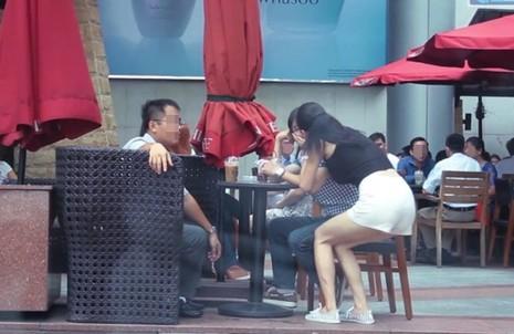Kiss Cam ở Việt Nam: 'Gặp mình là ốm đòn, đen mắt, gãy xương' - ảnh 1