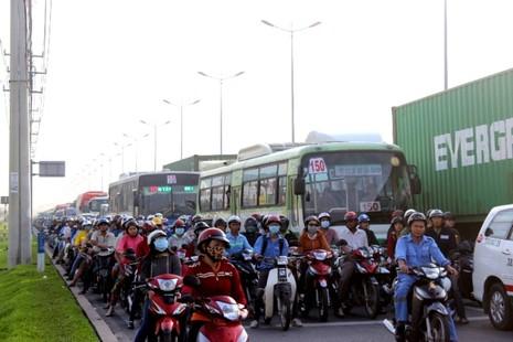 Hàng ngàn phương tiện kẹt cứng trên xa lộ Hà Nội - ảnh 1