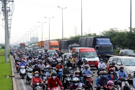 Hàng ngàn phương tiện kẹt cứng trên xa lộ Hà Nội - ảnh 4