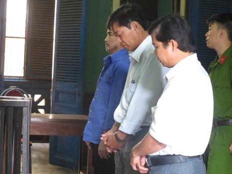 Chủ tịch xã phải hầu tòa vì bị cò đất 'qua mặt' - ảnh 1