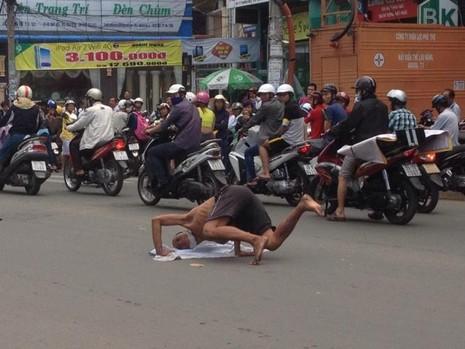 Kẹt xe nghiêm trọng vì người đàn ông trồng chuối… giữa đường - ảnh 3
