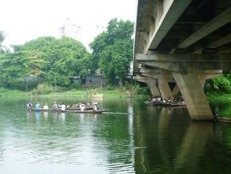 Nam thanh niên nhờ bạn chở đến cầu, nhảy sông tự tử - ảnh 1