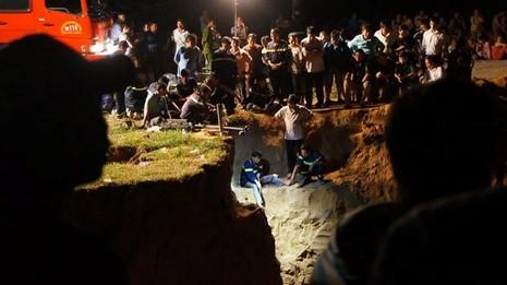 Hàng trăm chiến sĩ cứu hộ giải cứu bé gái lọt xuống giếng sâu  - ảnh 6