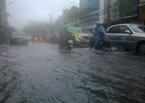 Đà Nẵng: Mưa lớn, nhiều tuyến đường 'biến thành sông' - ảnh 1