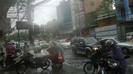 Đà Nẵng: Mưa lớn, nhiều tuyến đường 'biến thành sông' - ảnh 2