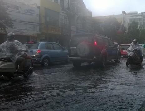 Đà Nẵng: Mưa lớn, nhiều tuyến đường 'biến thành sông' - ảnh 3