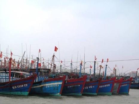 Trú ẩn bão, tàu cá bị mắc cạn phải… tháo từng bộ phận mang vào - ảnh 2