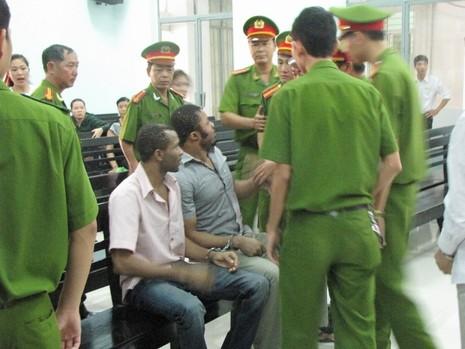 Bị hoãn xử, 2 ông Tây 'quậy' tưng bừng tòa án - ảnh 1