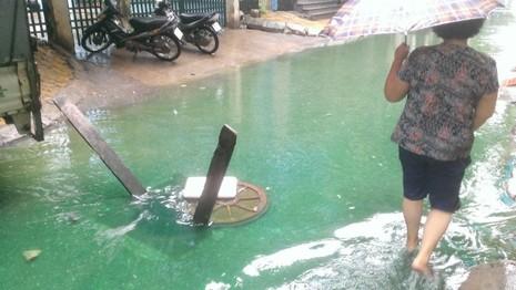 Dòng nước 'xanh biếc' giữa phố Hà Nội là do thuốc nhuộm - ảnh 1
