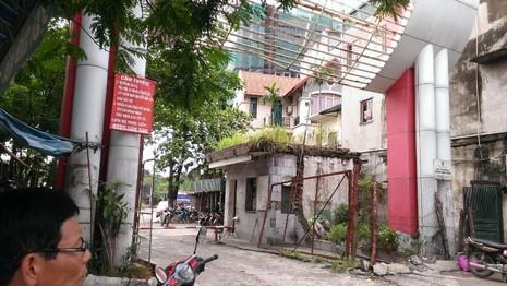 Dòng nước 'xanh biếc' giữa phố Hà Nội là do thuốc nhuộm - ảnh 2