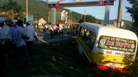 Hoảng loạn vì người đàn ông cướp lái xe buýt đâm loạn xạ trên quốc lộ - ảnh 1