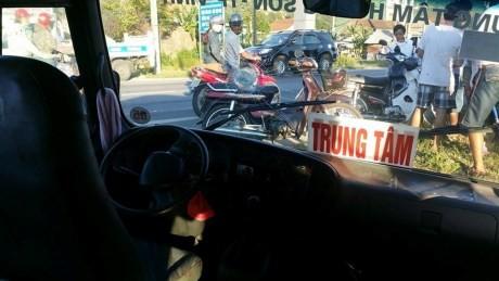 Hoảng loạn vì người đàn ông cướp lái xe buýt đâm loạn xạ trên quốc lộ - ảnh 3