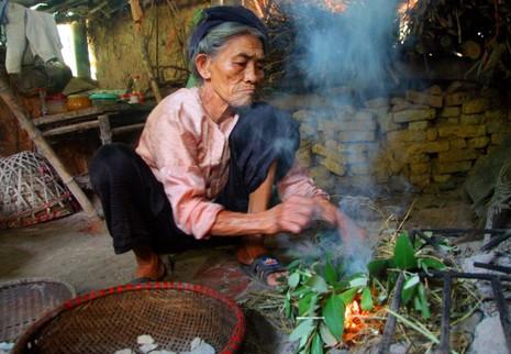 Chùm ảnh: Cặp vợ chồng còn duy trì tục ăn đất cổ xưa - ảnh 11