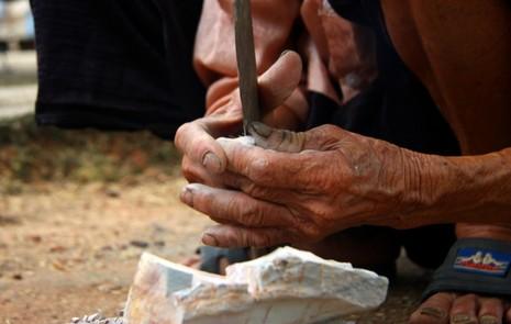 Chùm ảnh: Cặp vợ chồng còn duy trì tục ăn đất cổ xưa - ảnh 8