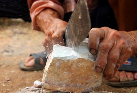 Chùm ảnh: Cặp vợ chồng còn duy trì tục ăn đất cổ xưa - ảnh 9