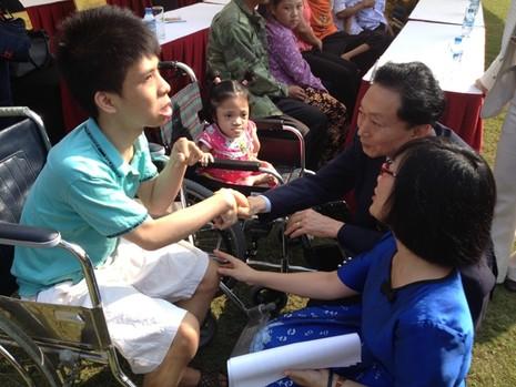 Cựu Thủ tướng Nhật Bản trao tặng 50 xe lăn ở Việt Nam  - ảnh 3