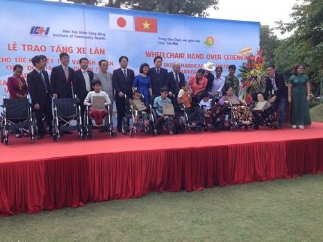 Cựu Thủ tướng Nhật Bản trao tặng 50 xe lăn ở Việt Nam  - ảnh 1