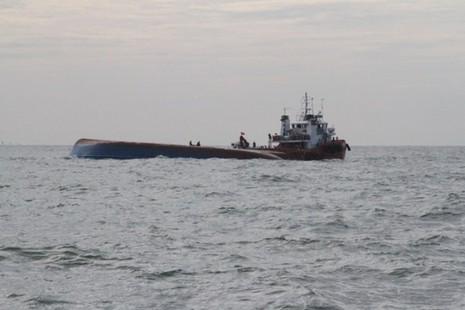 Chìm tàu Hoàng Phúc 18: Sóng lớn, công việc cứu hộ gặp khó khăn - ảnh 1