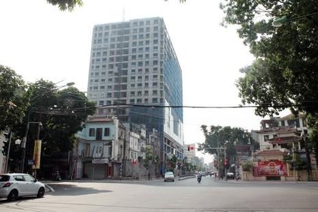 Chủ tịch Hà Nội yêu cầu chốt thời gian 'cắt ngọn' nhà 8B Lê Trực - ảnh 1