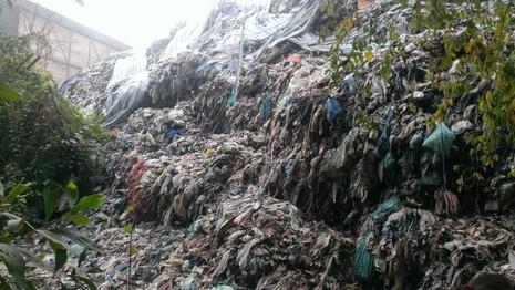 Chùm ảnh: Sống bên bãi rác chờ thị xã bồi thường - ảnh 6