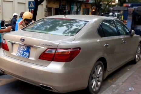 Tạm giữ xe Lexus biển xanh nghi mang BKS giả  - ảnh 1