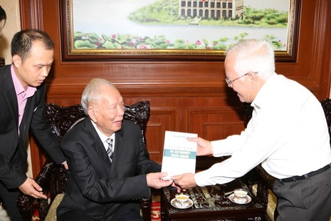 Đại tướng Lê Đức Anh tặng hồi ký cho lãnh đạo TP.HCM - ảnh 1