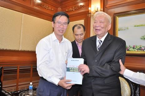 Đại tướng Lê Đức Anh tặng hồi ký cho lãnh đạo TP.HCM - ảnh 2