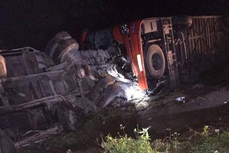 Xe khách tông xe tải, 2 người chết, hàng chục người hoảng loạn - ảnh 1