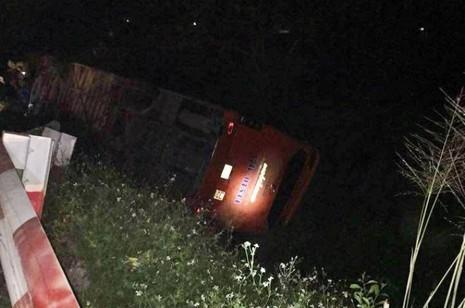 Xe khách tông xe tải, 2 người chết, hàng chục người hoảng loạn - ảnh 3