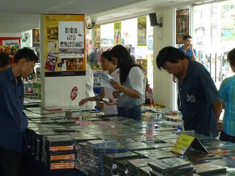 Hội chợ băng đĩa: Nhiều băng đĩa đồng giá chỉ 2.000 đồng - ảnh 1