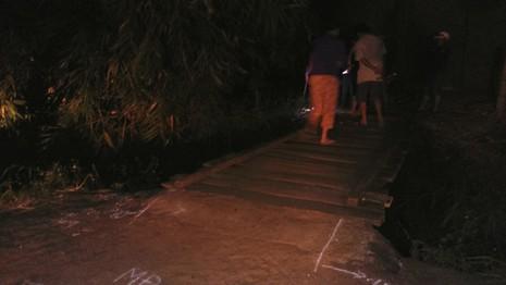 Qua cầu tạm, một người rơi xuống suối tử vong - Ảnh 1.