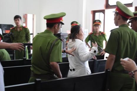 Bị gây rối, đại diện Tân Hiệp Phát phải nhờ cảnh sát hộ tống ra xe - ảnh 1