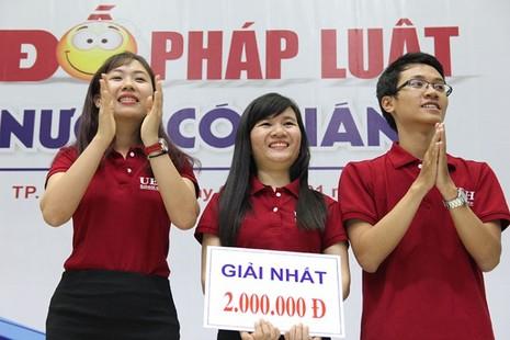 Đội trường ĐH Kinh tế TP.HCM đạt giải nhất cuộc thi 'Chai nước có gián' - ảnh 1