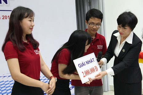Đội trường ĐH Kinh tế TP.HCM đạt giải nhất cuộc thi 'Chai nước có gián' - ảnh 2