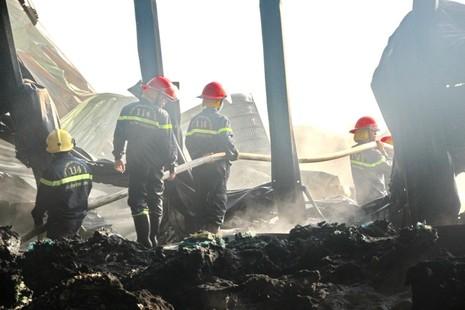 Gần 100 chiến sĩ PCCC cứu hỏa nhà máy xử lý rác  - ảnh 4