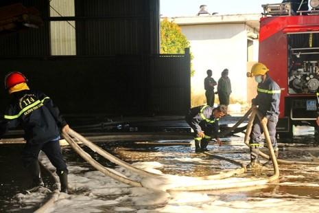 Gần 100 chiến sĩ PCCC cứu hỏa nhà máy xử lý rác  - ảnh 5