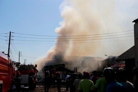Cháy liên hoàn ba doanh nghiệp đồ gỗ, hàng trăm công nhân hoảng loạn - ảnh 1