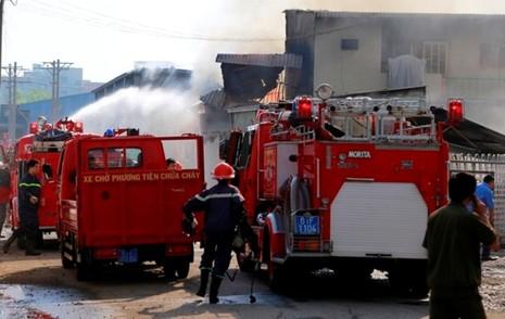 Cháy liên hoàn ba doanh nghiệp đồ gỗ, hàng trăm công nhân hoảng loạn - ảnh 2