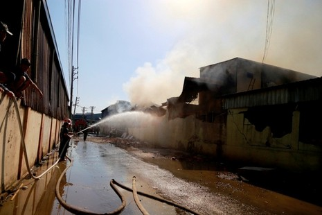 Cháy liên hoàn ba doanh nghiệp đồ gỗ, hàng trăm công nhân hoảng loạn - ảnh 3