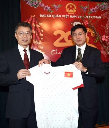 Tuyển Futsal thăm Đại Sứ quán Việt Nam tại Tashkent - ảnh 1