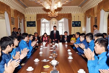 Tuyển Futsal thăm Đại Sứ quán Việt Nam tại Tashkent - ảnh 2